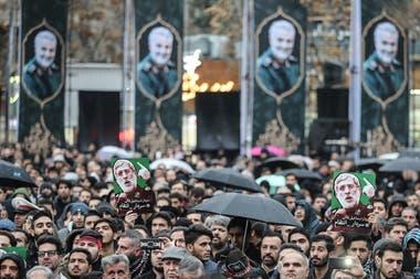 Ali Khamenei pronunció una oración ante el féretro del militar.