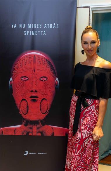Catarina Spinetta en la presentación del nuevo álbum póstumo de Luis Alberto Spinetta, con la imagen que ilustra el álbum