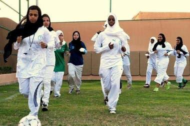 Salman se sigue promoviendo como un reformista social y económico que permitió cambios como el permiso a las mujeres de manejar y recientemente de competir en torneos de fútbol