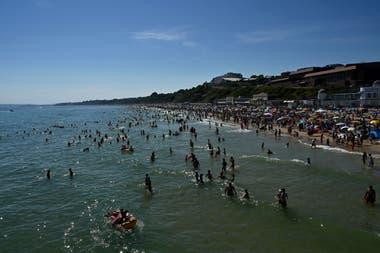 Muchos se metieron al mar para refrescarse en un día de calor, en Bournemouth