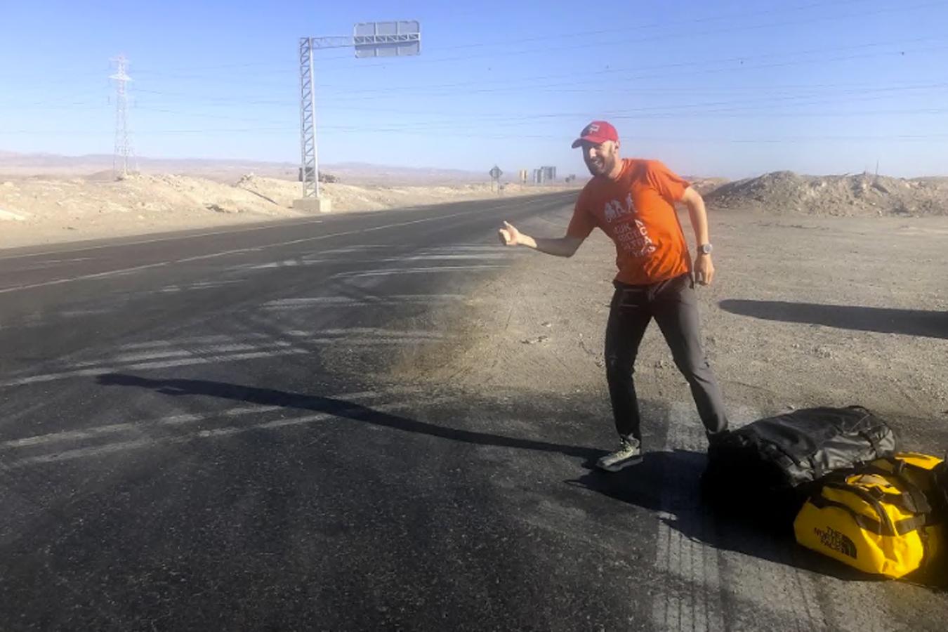 Trabajo doble: primero hace dedo para trasladar su equipaje, y luego hará el recorrido corriendo