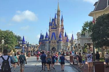 Los titulares de pases anuales de Disney pueden echar un vistazo a los cambios inspirados en el coronavirus dentro del Magic Kingdom