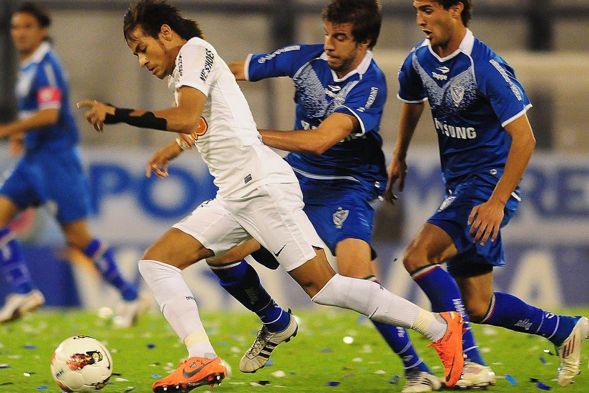 Neymar (17 de mayo de 2012): el crack brasileño en acción ante Vélez, en el Amalfitani, y por la Libertadores; el Santos avanzó a las semifinales, pero luego perdería con Corinthians