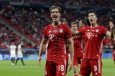 Leon Goretzka acaba de marcar el gol de Bayern en el partido por la Supercopa de Europa ante Sevilla; Robert Lewandowski y Thomas Müller se suman al festejo.