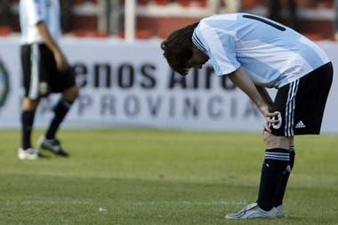 Messi busca oxígeno y explicaciones en 2009, con la mirada clavada en el césped del estadio Siles, después de la caída por 6-1 de la que habló el mundo