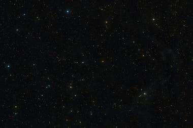 Esta imagen muestra el cielo que rodea a AT2019qiz, que es visible en el mismo centro de la imagen. Fue creada a partir de capturas del sondeo Digitized Sky Survey 2