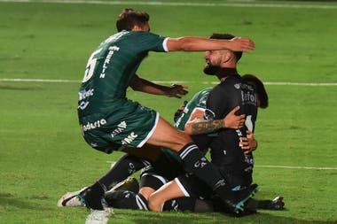 Vicentini, abrazado luego de atajar el penal decisivo y darle el ascenso a Sarmiento.