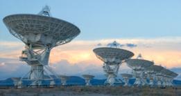 El radiotelescopio de múltiples antenas VLA en Nuevo México permitió ubicar la localización de la señal FRB por primera vez.