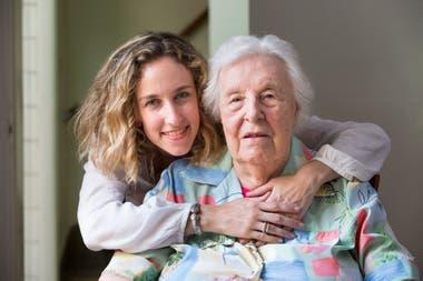 Belén abraza a su abuela.