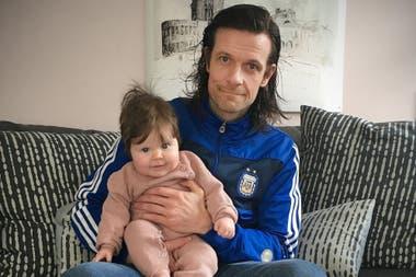 El islandés Jón Trausti Kárason goza de su licencia de seis meses para cuidar a su beba