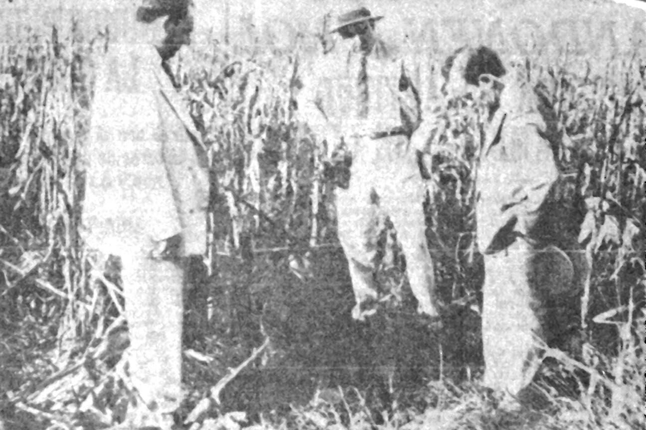 El enviado de La Nación con dos policías en el lugar donde fue encontrado el cadáver