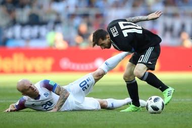Lionel Messi - Emil Hallfredsson