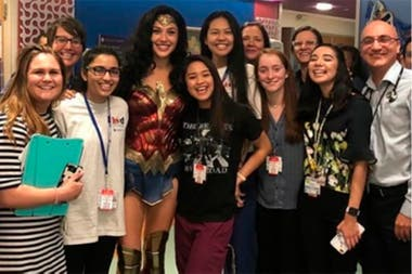 El equipo del Hospital Infantil de Inova, junto a la heroína