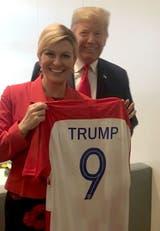 Trump recibió ayer una camiseta de regalo durante la cumbre de la OTAN