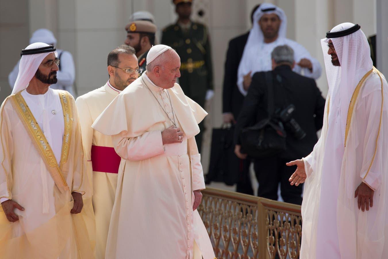 El Papa Francisco es recibido por el gobernante de Dubai Sheikh Mohammed bin Rashid Al-Maktoum y el Príncipe heredero de Abu Dhabi Mohammed bin Zayed al-Nahyan.