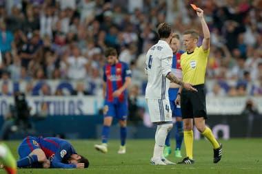 Ramos expulsado tras una falta a Messi en el 2017
