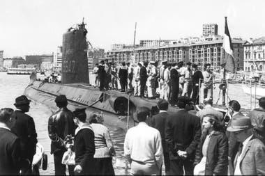 """Una foto tomada en la segunda mitad de los años 60 que muestra el sumergible """"Minerve"""" atracado en el antiguo puerto de Marsella, sur de Francia."""