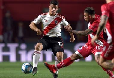 El juvenil Elías López maniobra con la pelota ante la marca de Damián Batallini