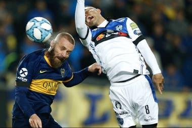 El primer gol de De Rossi en Boca: ya cabeceó y la pelota desembocará en la red.