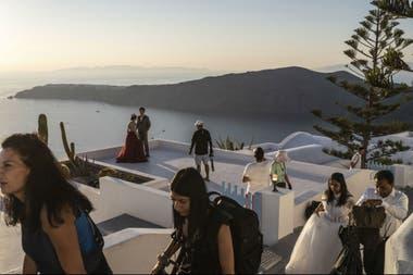 Durante años, muchas jóvenes parejas asiáticas han peregrinado a Santorini para hacerse fotos, un ritual que se ha convertido en un negocio multimillonario en la era de Instagram