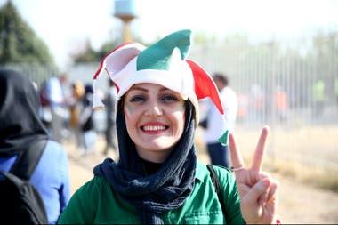 La felicidad en la cara de esta mujer, en Teherán, por poder ingresar a ver un partido.