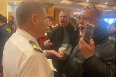"""El conflicto generó una grieta entre pasajeros y tripulantes, en la que los primeros gritaban """"mentirosos"""" a los segundos"""