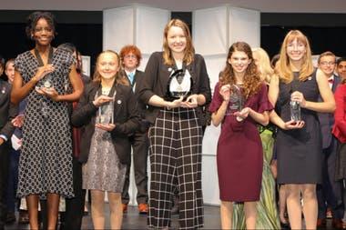 Alaina Gassler (centro) con su premio por el sistema para evitar el punto ciego y mejorar la seguiridad vehicular