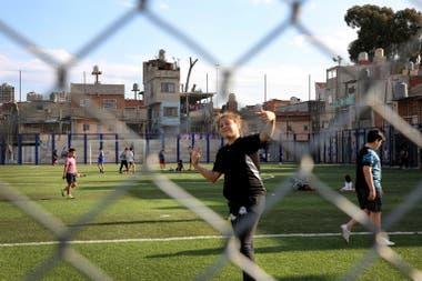 La cancha de fútbol ubicada cerca del nuevo Ministerio de Educación, dos de las obras realizadas en los últimos cuatro años
