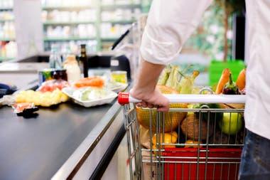 Los alimentos subieron 4% en las primeras tres semanas de enero, según LCG; las consultoras estiman que la inflación promedio superará el 4% en enero