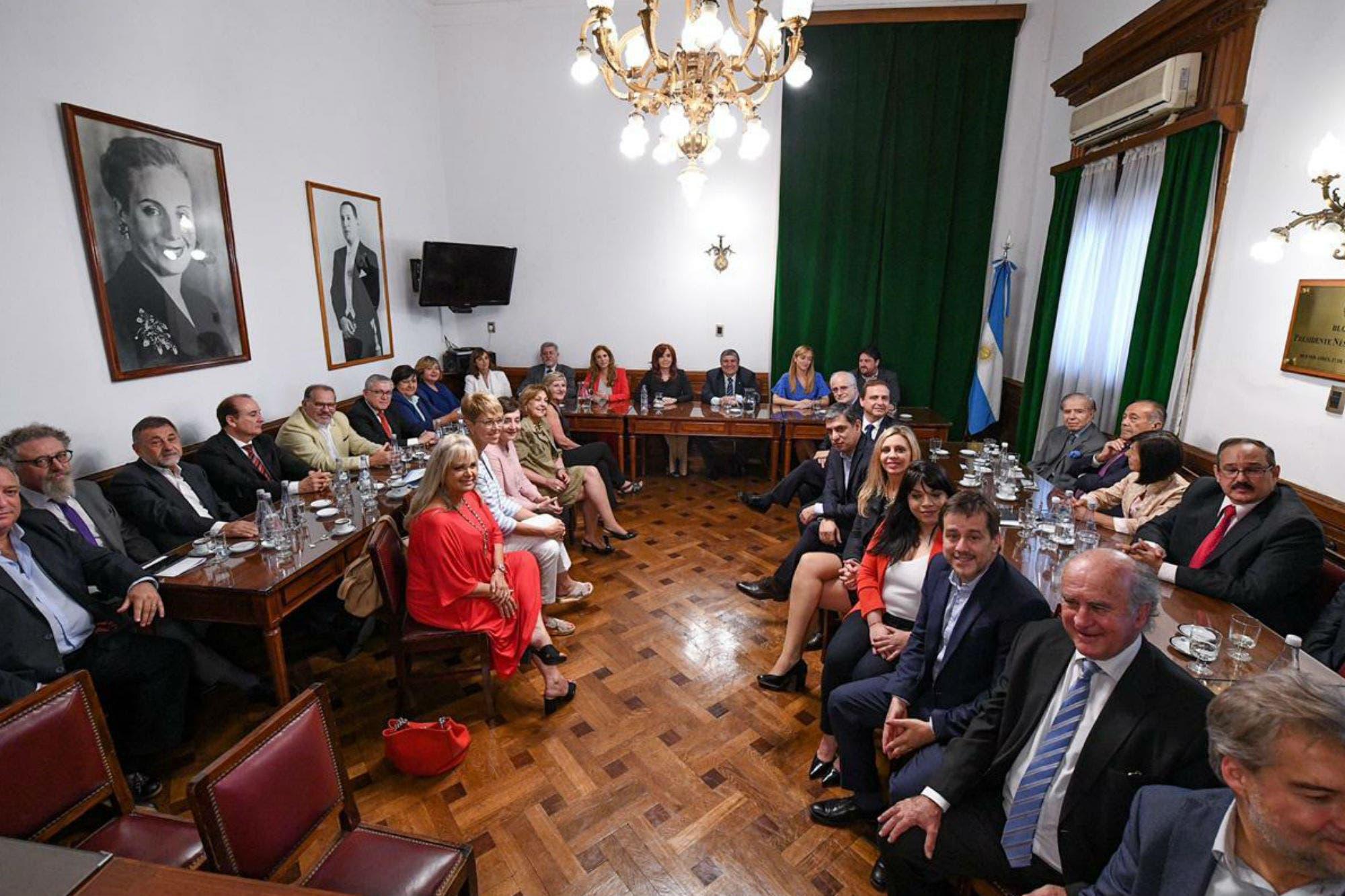 Con Carlos Menem y Adolfo Rodríguez Saá, Cristina Kirchner arma un bloque de 42 senadores