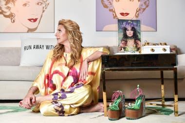 Entre las obras de arte y el arte aplicado a la moda, Amalia junto a los cuadros de Andy Warhol, con mono estampado por Barilaro, plataformas diseñadas por Dalila Puzzovio y en la mesa, la portada de la Vogue inglesa hecha por Delia Cancela y Pablo Mesejean, hoy convertida en obra.