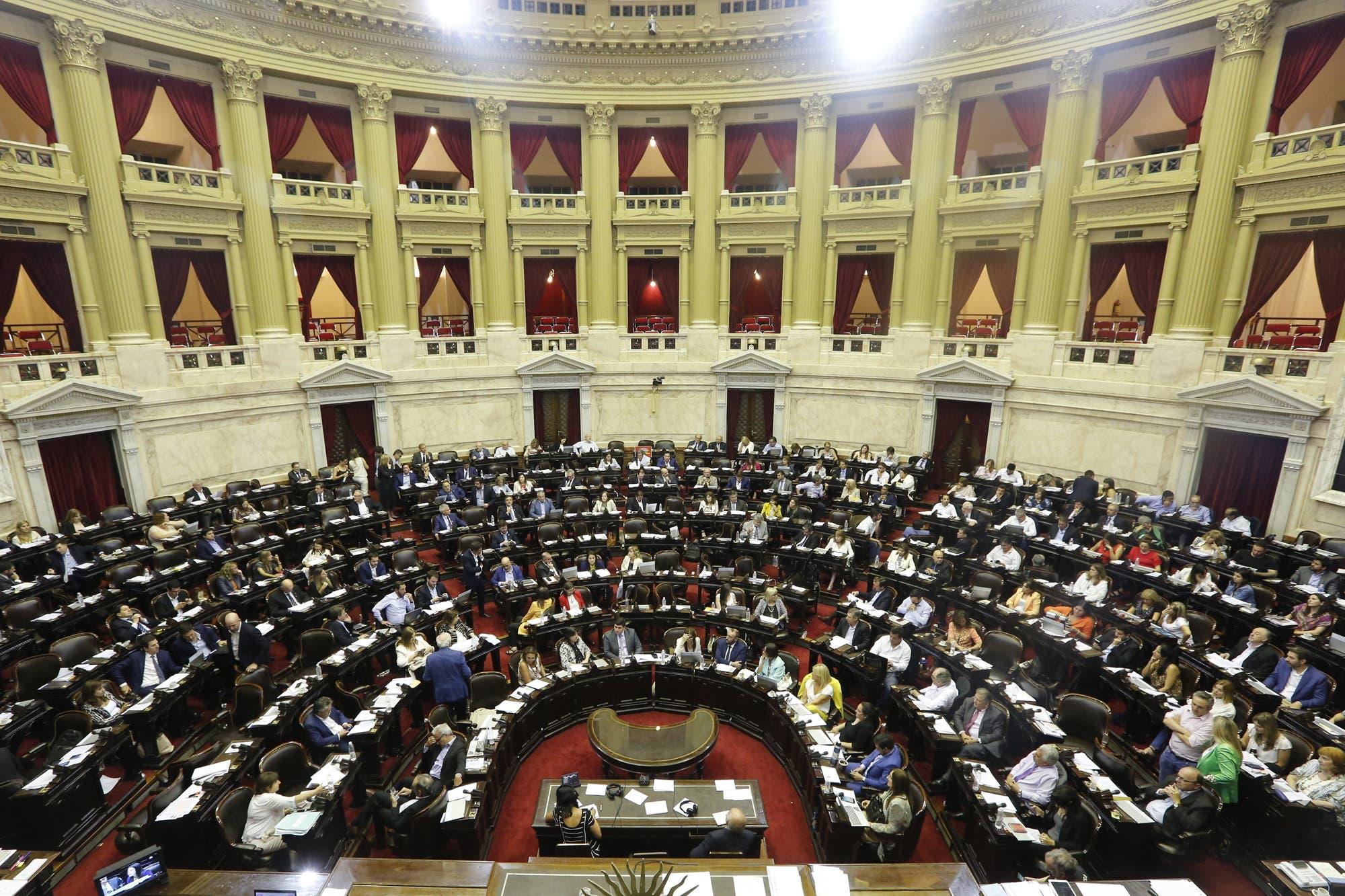 Tras la demora, el Gobierno promulgó la ley de emergencia económica