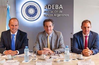 Las autoridades de Adeba, Bolzico y Brito (h.), con Pesce, presidente del BCRA (centro)