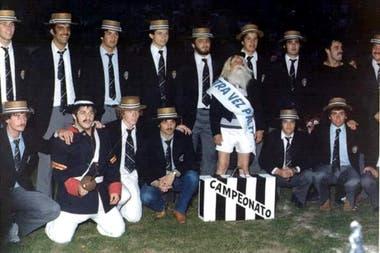 Una fiesta de campeón del CASI. Arriba, Gabriel Travaglini, el Chapa Branca, Jorge y Gabriel Allen