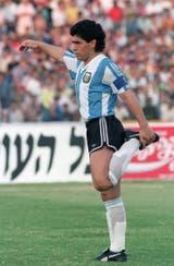 Diego Maradona se prepara para el último amistoso de la selección antes del Mundial; fue victoria por 2 a 1 en Ramat Gan, frente a Israel, el 22 de mayo de 1990