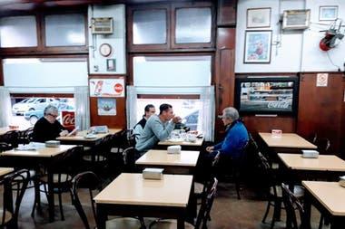 Algunos de los clientes que desayunaban en el lugar