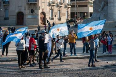 Los manifestantes rosarinos se convocaron en el Monumento a la Bandera, frente al río
