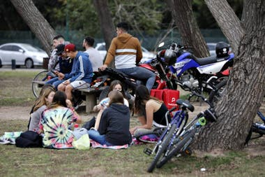 En medio de la pandemia de coronavirus, gente al aire libre por el clima cálido en Nicolás Repetto y el río, en San Isidro