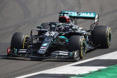 Lewis Hamilton de Mercedes en acción durante la carrera