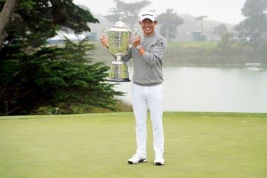 Ahora sí: trofeo en alto y sonrisa bien amplia para Morikawa