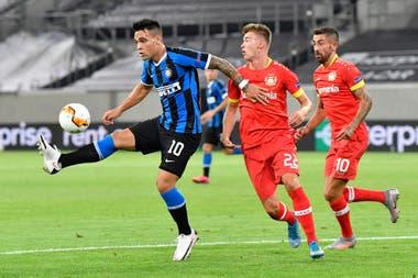 Lautaro controla la pelota ante Bayer Leverkusen; con un taco participó en el primer gol de Inter