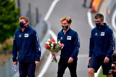 Pierre Gasly, acompañado por miembros del equipo Alpha Tauri, caminan rumbo a Eau Rouge, sector donde el 31 de agosto de 2019, en la carrera de F.2 murió el francés Anthoine Hubert
