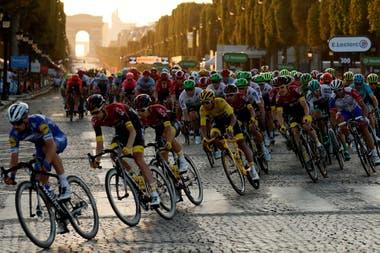 """El final de la """"Grand Boucle"""" se da en la avenida de los Campos Elíseos, de París: será todo un desafío que los equipos lleguen sin bajas por coronavirus a la definición."""