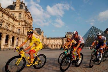 Frente a la pirámide del Louvre el pelotón acompaña al campeón Pogacar
