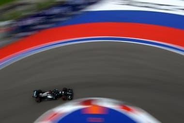 A toda velocidad: Lewis Hamilton pasó a la Q3 con suspenso, pero batió el récord de la pista en Sochi