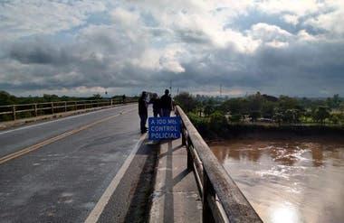 El control policial en uno de los accesos a la provincia