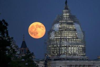 Así se vio la Luna Azul detrás del domo del Capitolio, en Washington D.C. en 2015.