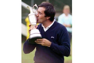 Severiano Ballesteros de España, besa tiernamente el trofeo del British Open Golf Championship, luego de su victoria en Lytham St. Annes, Inglaterra, en esta foto de archivo del 18 de julio de 1988.