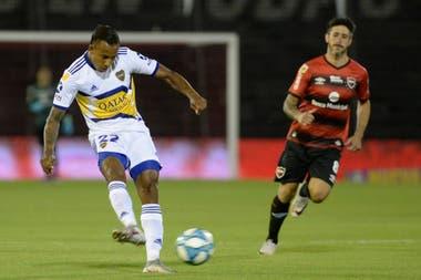Sebastián Villa, en acción; detrás, Pablo Pérez