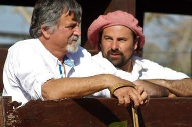 Pablo Lambrechts junto a Matías Pace (de boina colorada), encargado de ganadería en el establecimiento